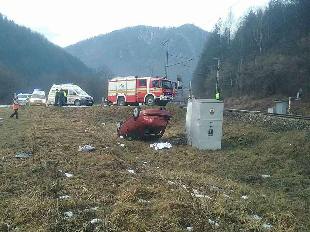 FOTO: Pri Ružomberku došlo k zrážke vlaku s osobným autom, zraniť sa mali dve osoby, foto 1