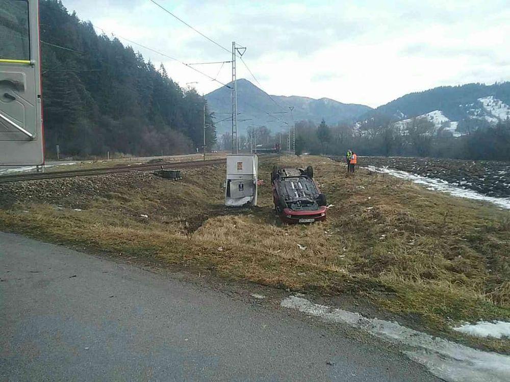 FOTO: Pri Ružomberku došlo k zrážke vlaku s osobným autom, zraniť sa mali dve osoby, foto 2