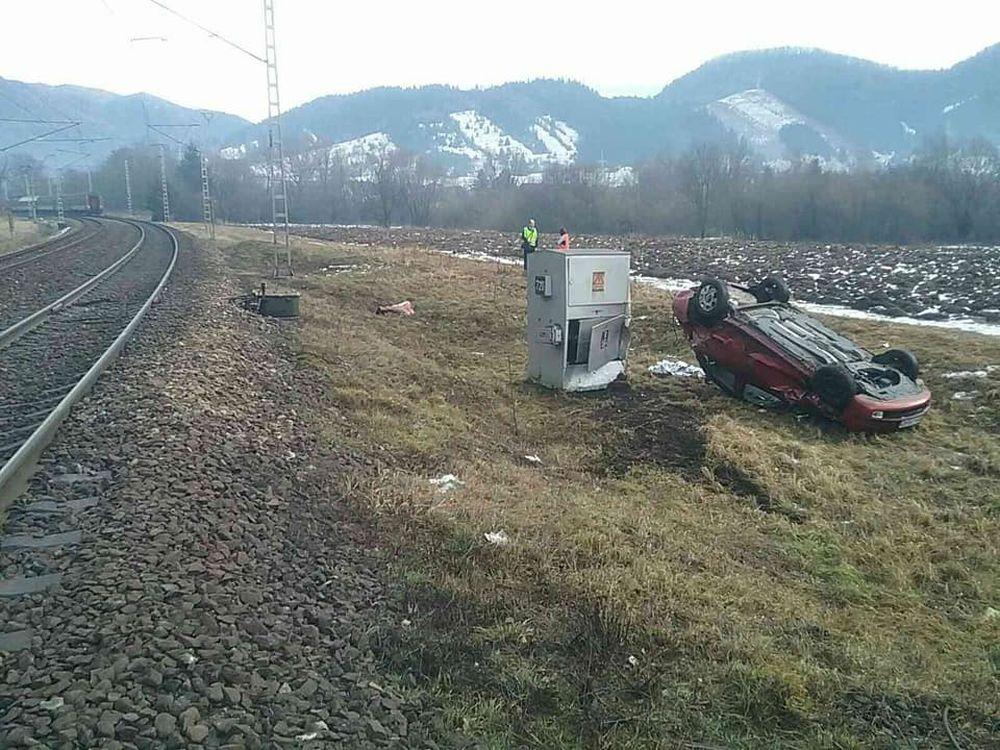 FOTO: Pri Ružomberku došlo k zrážke vlaku s osobným autom, zraniť sa mali dve osoby, foto 3
