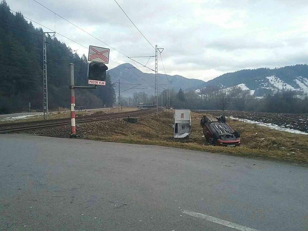 FOTO: Pri Ružomberku došlo k zrážke vlaku s osobným autom, zraniť sa mali dve osoby, foto 4