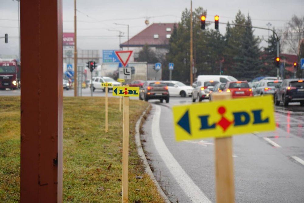 FOTO: Centrum Žiliny zamorili nepovolené reklamné stĺpiky, propagujú obchodný reťazec, foto 9