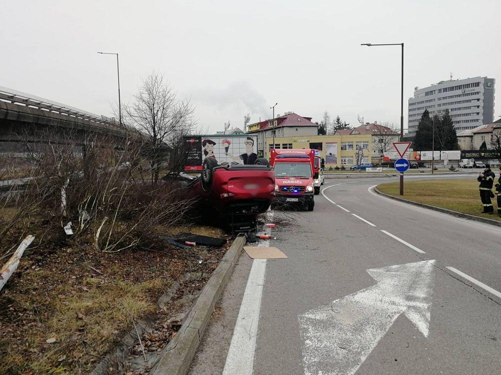 AKTUÁLNE: Na Kysuckej ulici v Žiline sa prevrátilo auto na strechu, foto 3