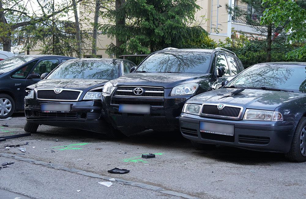 FOTO: Neznámy vodič zdemoloval štyri autá na ulici Bajzova a ušiel, hľadajú sa svedkovia, foto 1