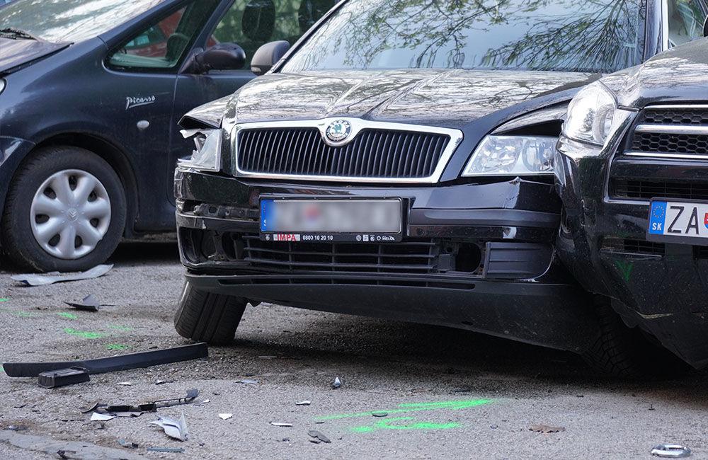 FOTO: Neznámy vodič zdemoloval štyri autá na ulici Bajzova a ušiel, hľadajú sa svedkovia, foto 2