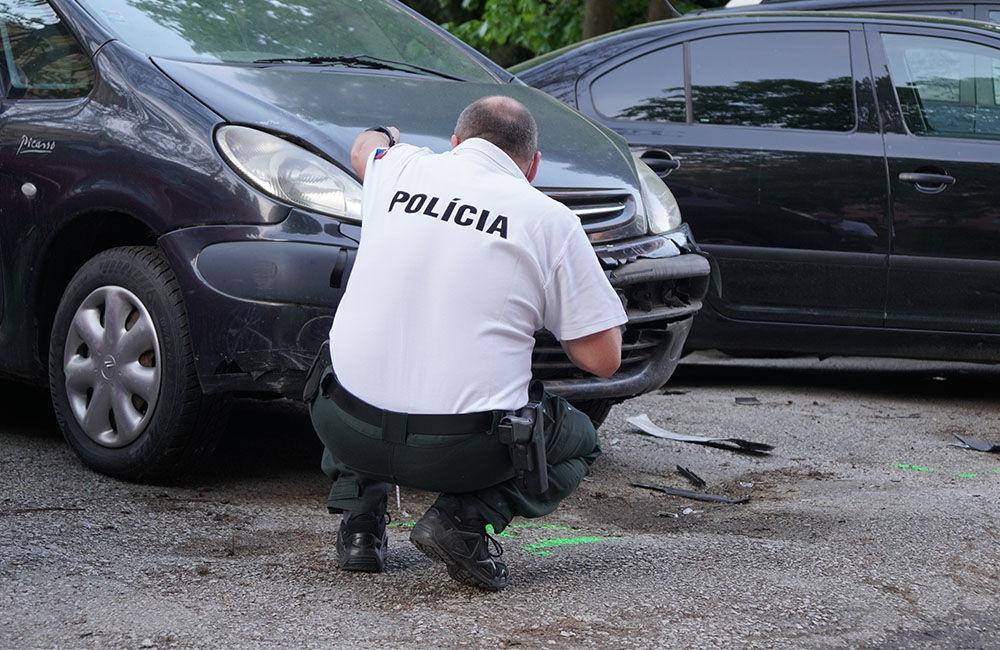 FOTO: Neznámy vodič zdemoloval štyri autá na ulici Bajzova a ušiel, hľadajú sa svedkovia, foto 6