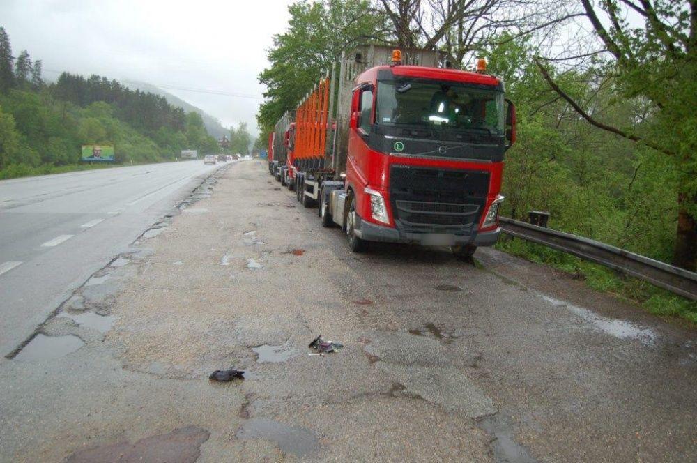 Dvojica mužov mala kradnúť naftu z kamiónov, pri čine ich zadržala polícia, foto 3