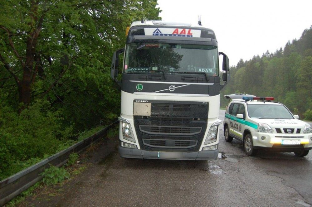 Dvojica mužov mala kradnúť naftu z kamiónov, pri čine ich zadržala polícia, foto 4