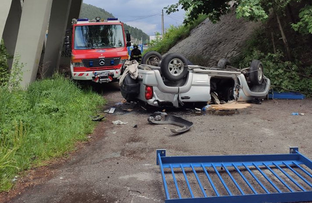 AKTUÁLNE: Pri Ružomberku sa zrútilo osobné auto z mosta, jedna osoba zraneniam podľahla, foto 1