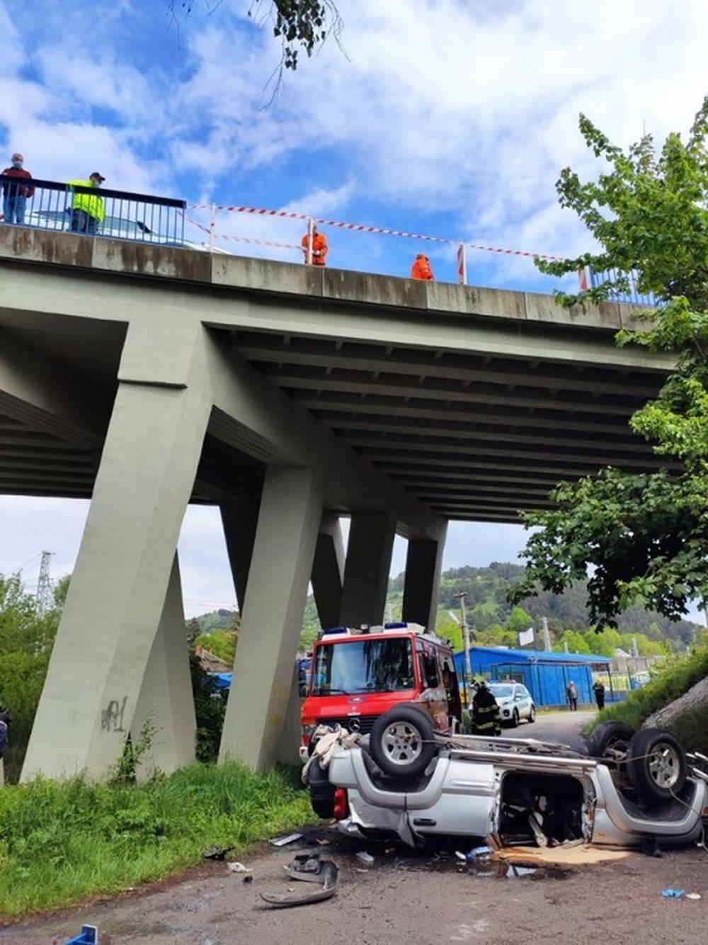 AKTUÁLNE: Pri Ružomberku sa zrútilo osobné auto z mosta, jedna osoba zraneniam podľahla, foto 2