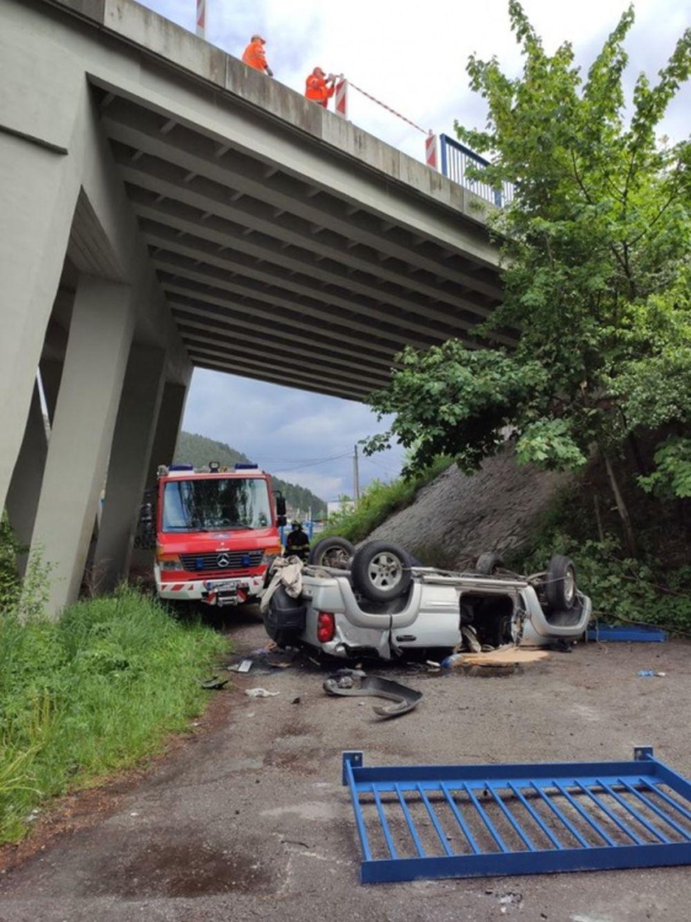 AKTUÁLNE: Pri Ružomberku sa zrútilo osobné auto z mosta, jedna osoba zraneniam podľahla, foto 3