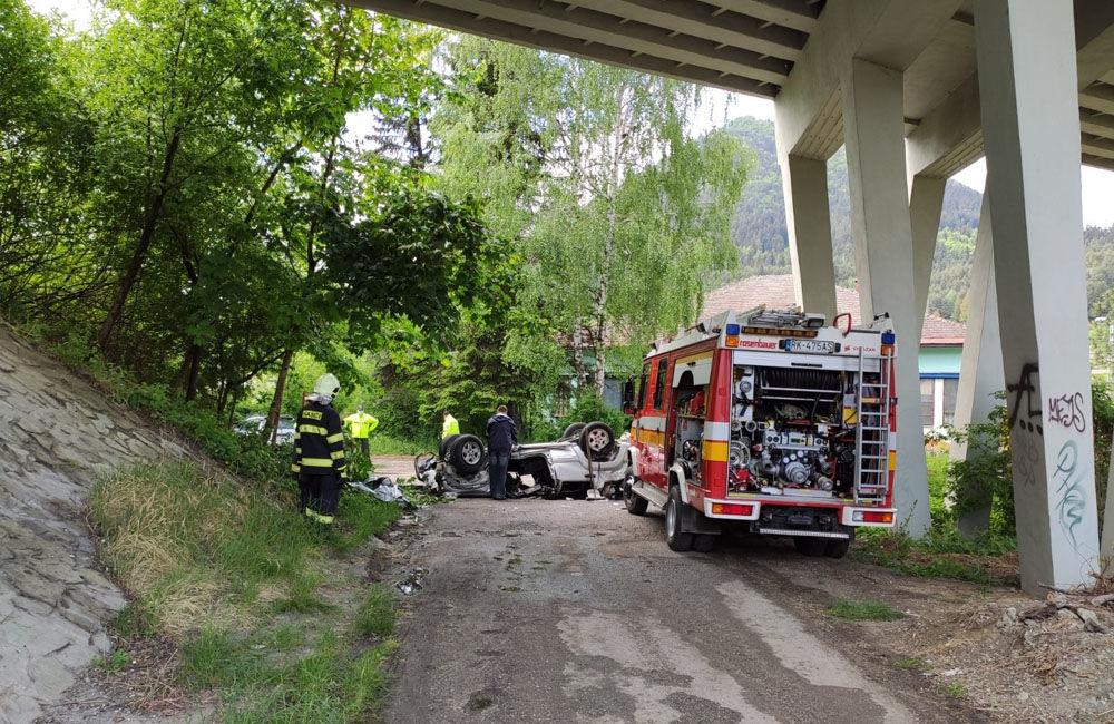 AKTUÁLNE: Pri Ružomberku sa zrútilo osobné auto z mosta, jedna osoba zraneniam podľahla, foto 4