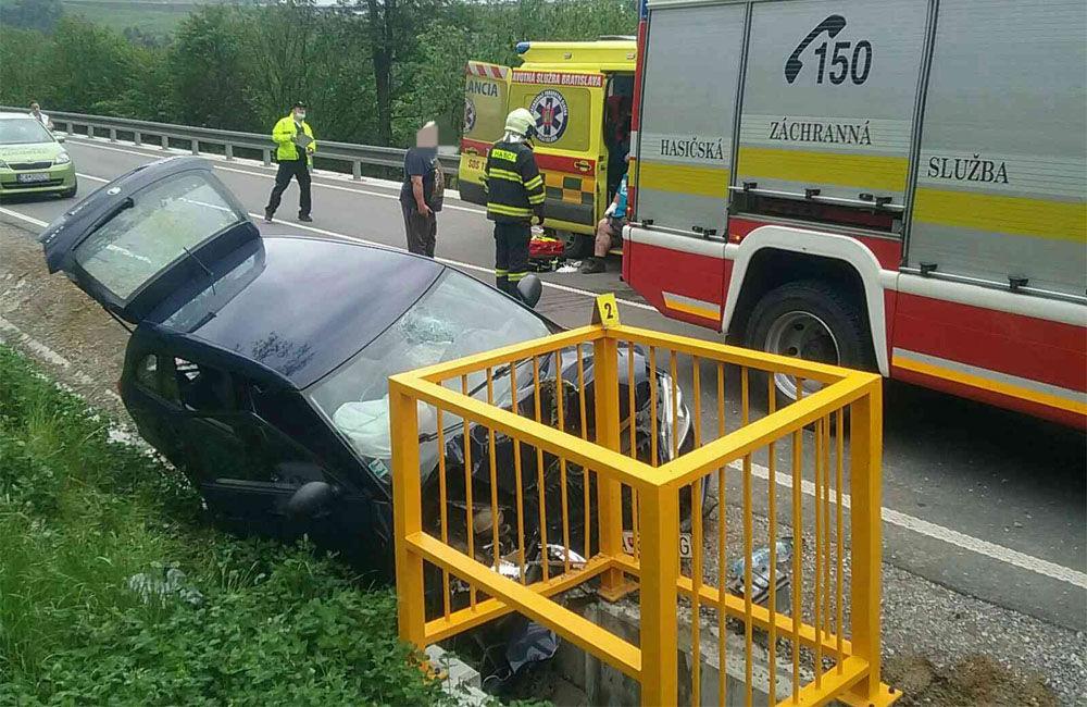 FOTO: Na Kysuciach narazilo osobné auto do kovovej konštrukcie pri ceste, zasahuje aj vrtuľník, foto 1