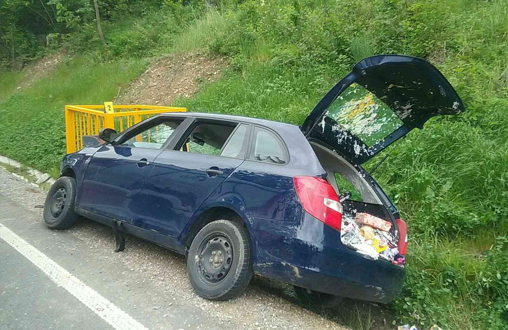 FOTO: Na Kysuciach narazilo osobné auto do kovovej konštrukcie pri ceste, zasahuje aj vrtuľník, foto 2