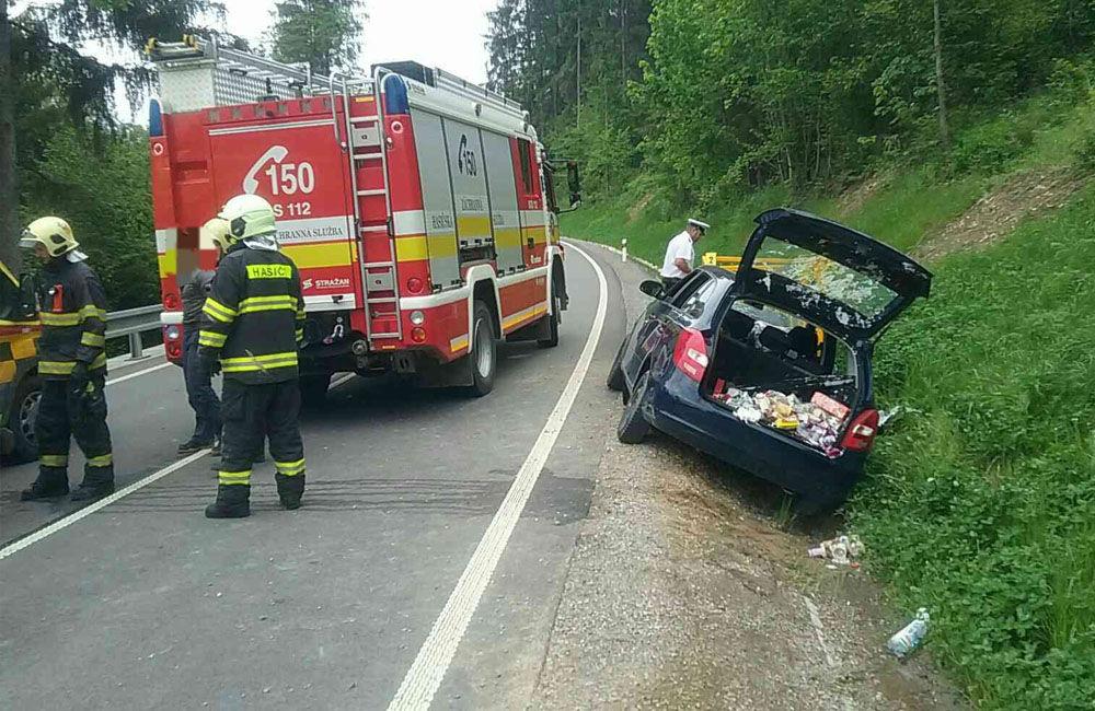 FOTO: Na Kysuciach narazilo osobné auto do kovovej konštrukcie pri ceste, zasahuje aj vrtuľník, foto 3