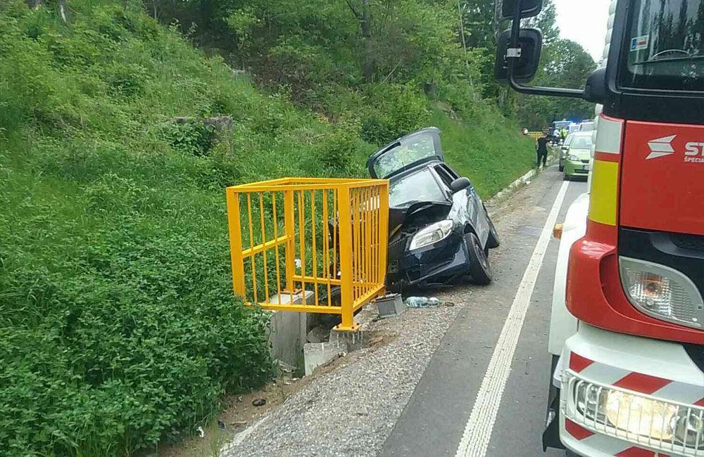 FOTO: Na Kysuciach narazilo osobné auto do kovovej konštrukcie pri ceste, zasahuje aj vrtuľník, foto 4