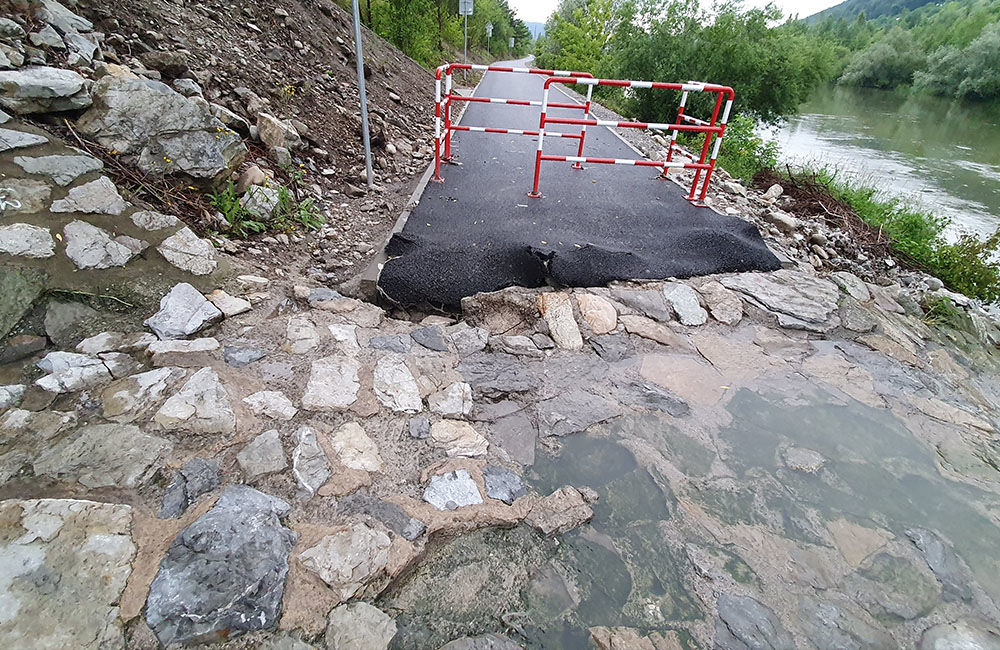 FOTO: Novú cyklotrasu popri Váhu poškodil prívalový dažď v mieste obchádzky kanalizačnej stoky, foto 7