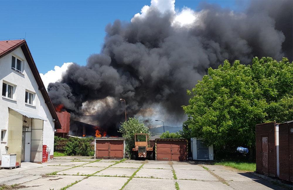 FOTO: V Kysuckom Novom Meste horí budova autoservisu, foto 1