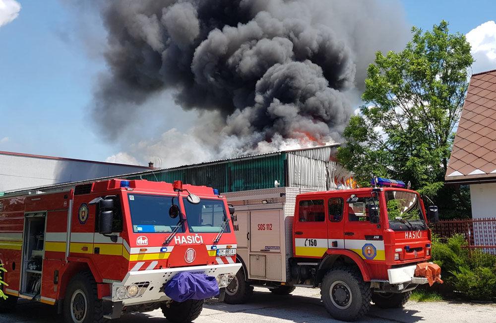FOTO: V Kysuckom Novom Meste horí budova autoservisu, foto 2