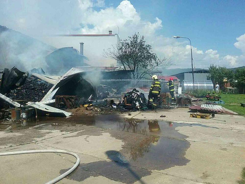 FOTO: V Kysuckom Novom Meste horí budova autoservisu, foto 4