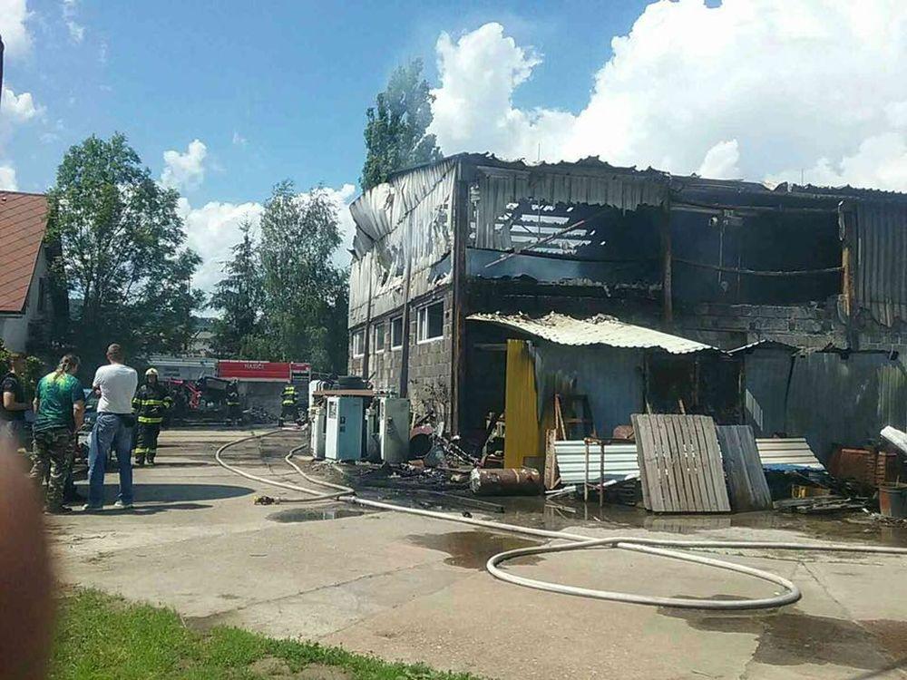 FOTO: V Kysuckom Novom Meste horí budova autoservisu, foto 5