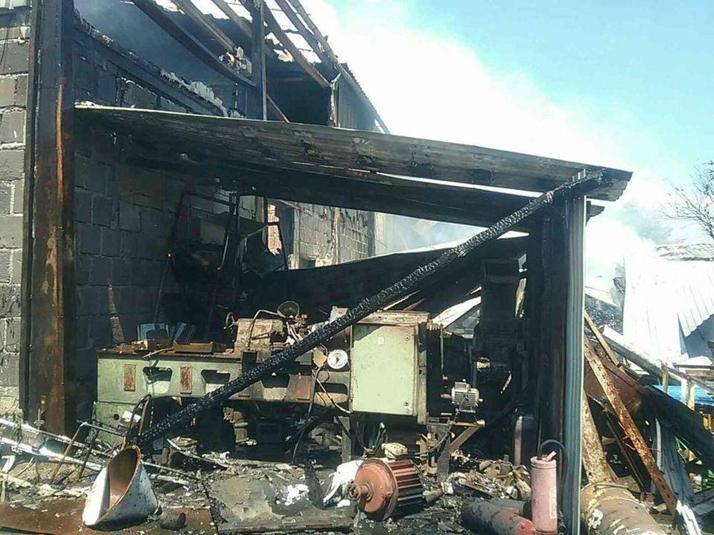 FOTO: V Kysuckom Novom Meste horí budova autoservisu, foto 6