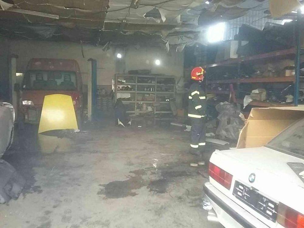 FOTO: V Kysuckom Novom Meste horí budova autoservisu, foto 7