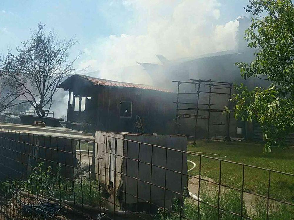 FOTO: V Kysuckom Novom Meste horí budova autoservisu, foto 8