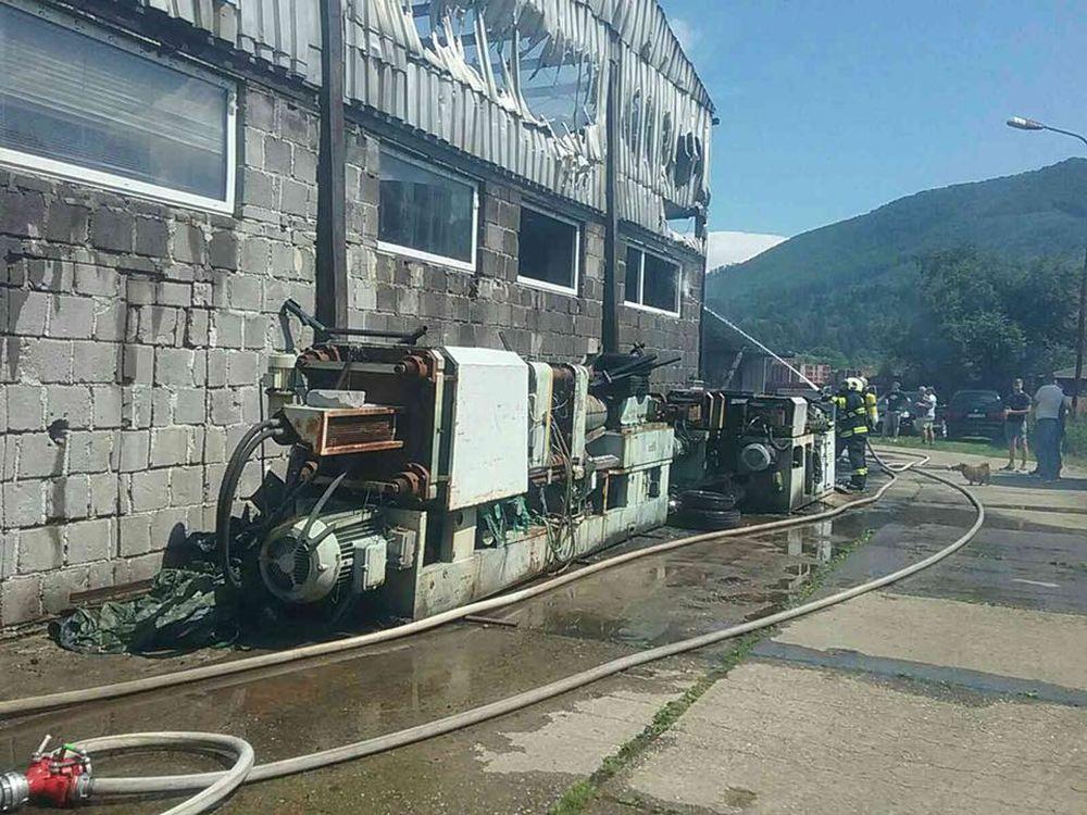 FOTO: V Kysuckom Novom Meste horí budova autoservisu, foto 9