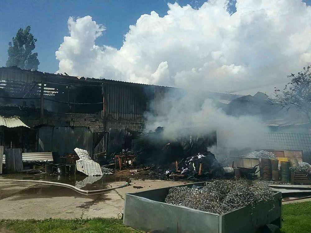 FOTO: V Kysuckom Novom Meste horí budova autoservisu, foto 10