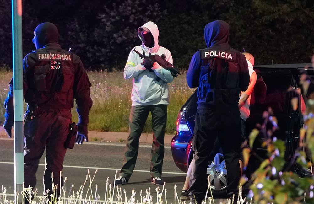 FOTO: Kriminalisti spolu s kukláčmi vykonali v utorok ďalšiu raziu na Košickej ulici v Žiline, foto 1