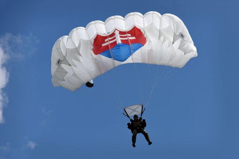 Vrtuľník nad Žilinou a zoskoky výsadkárov 2020, foto 4