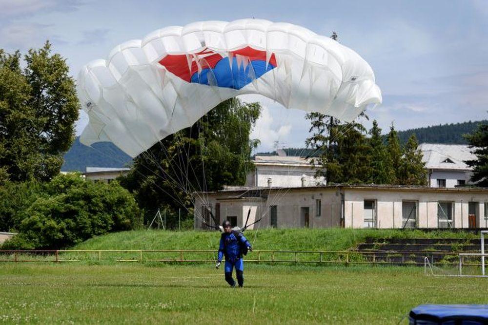 Vrtuľník nad Žilinou a zoskoky výsadkárov 2020, foto 5