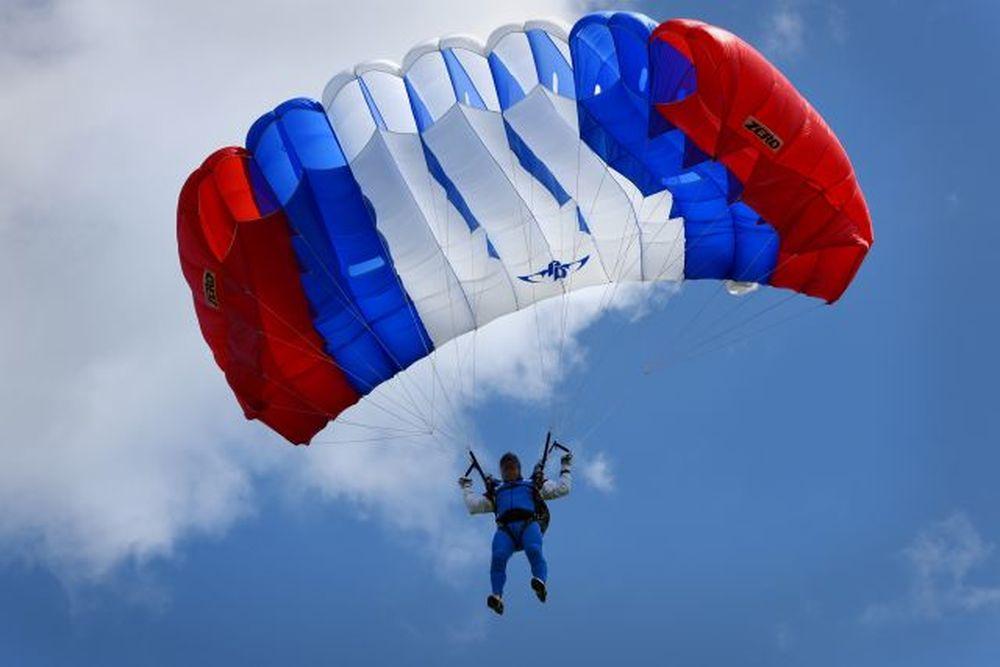Vrtuľník nad Žilinou a zoskoky výsadkárov 2020, foto 7