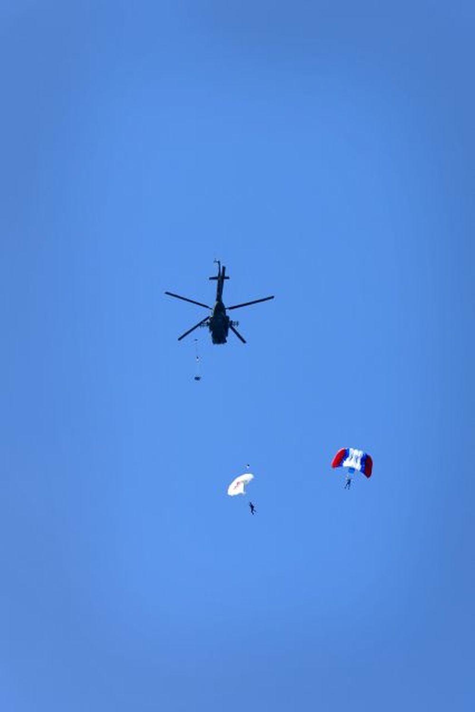 Vrtuľník nad Žilinou a zoskoky výsadkárov 2020, foto 9