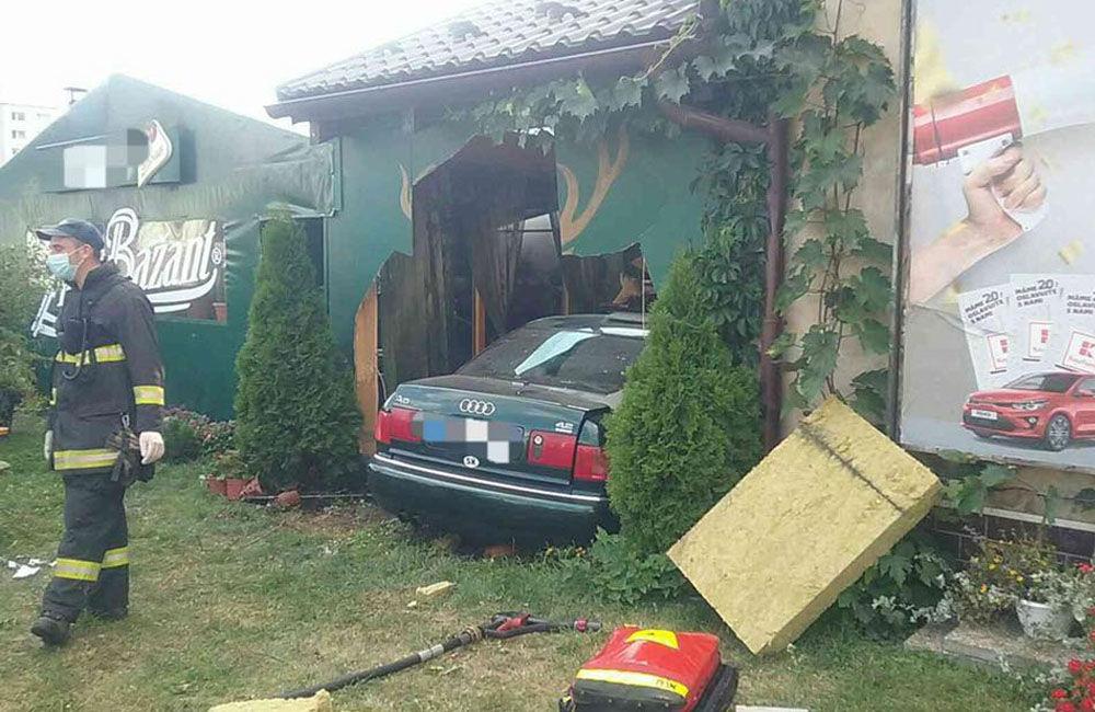 FOTO: Pri dopravnej nehode v Liptovskom Mikuláši narazilo osobné auto do reštaurácie, foto 1