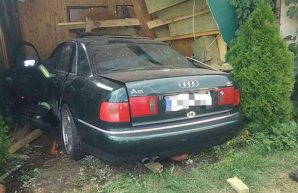 FOTO: Pri dopravnej nehode v Liptovskom Mikuláši narazilo osobné auto do reštaurácie, foto 2