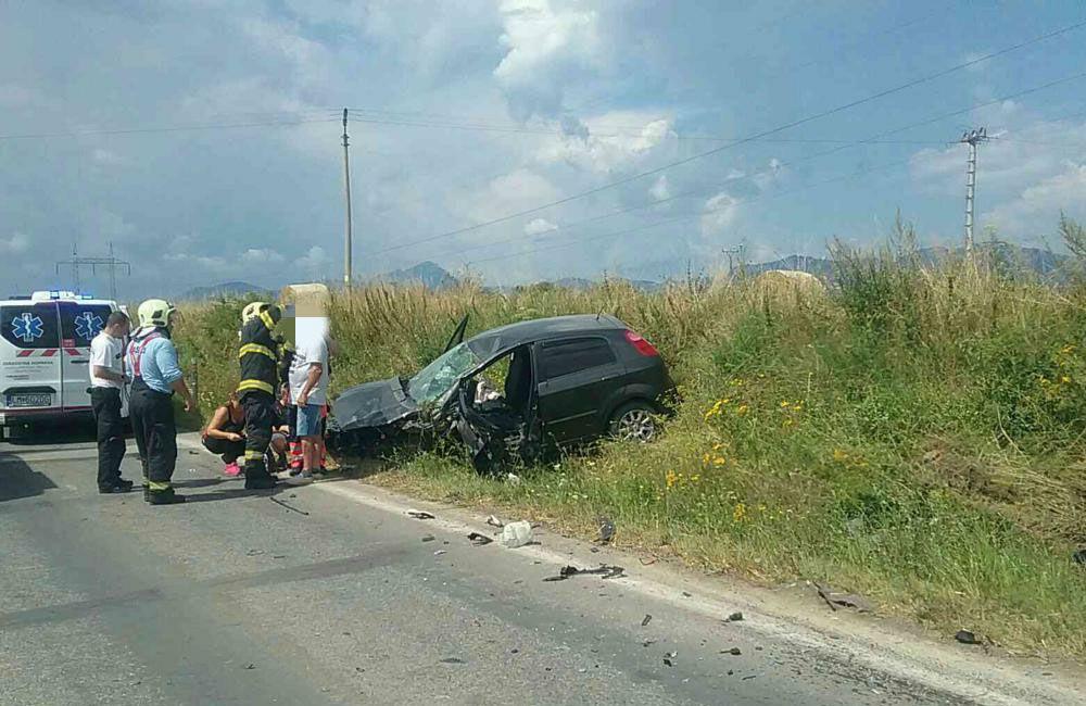 FOTO: Na ceste prvej triedy na Liptove došlo k čelnej zrážke dvoch áut, cesta je uzavretá, foto 4