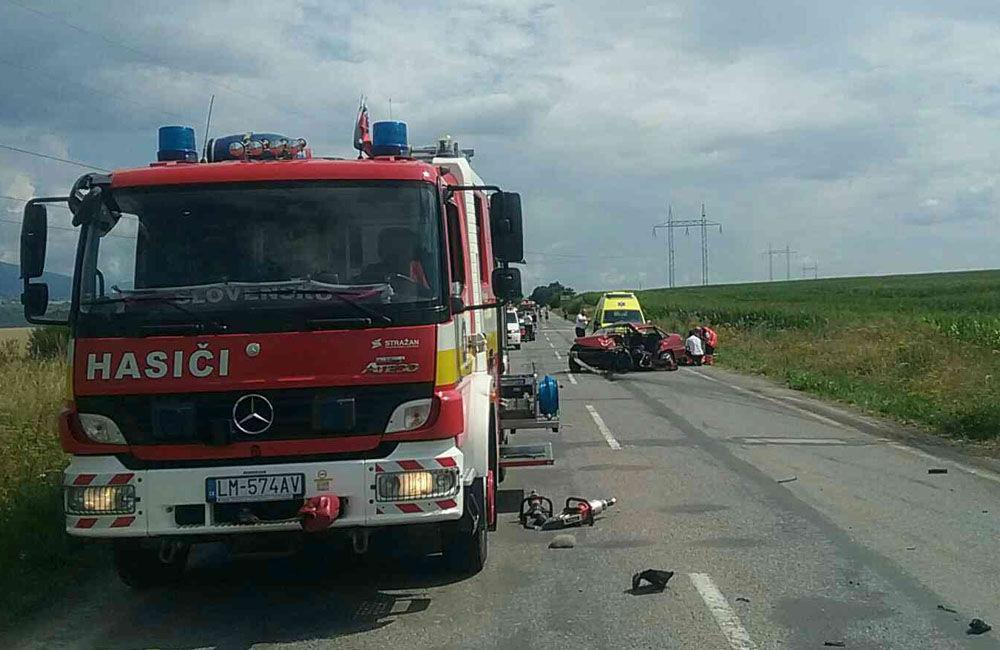 FOTO: Na ceste prvej triedy na Liptove došlo k čelnej zrážke dvoch áut, cesta je uzavretá, foto 2