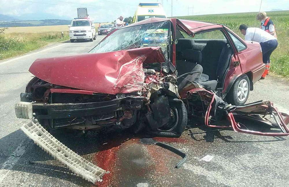 FOTO: Na ceste prvej triedy na Liptove došlo k čelnej zrážke dvoch áut, cesta je uzavretá, foto 1