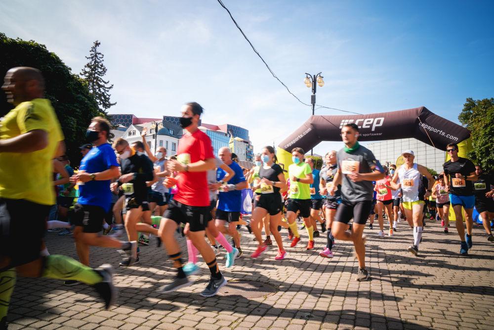 FOTO: Na Hlinkovom námestí odštartoval Žilinský mestský polmaratón 2020, foto 19