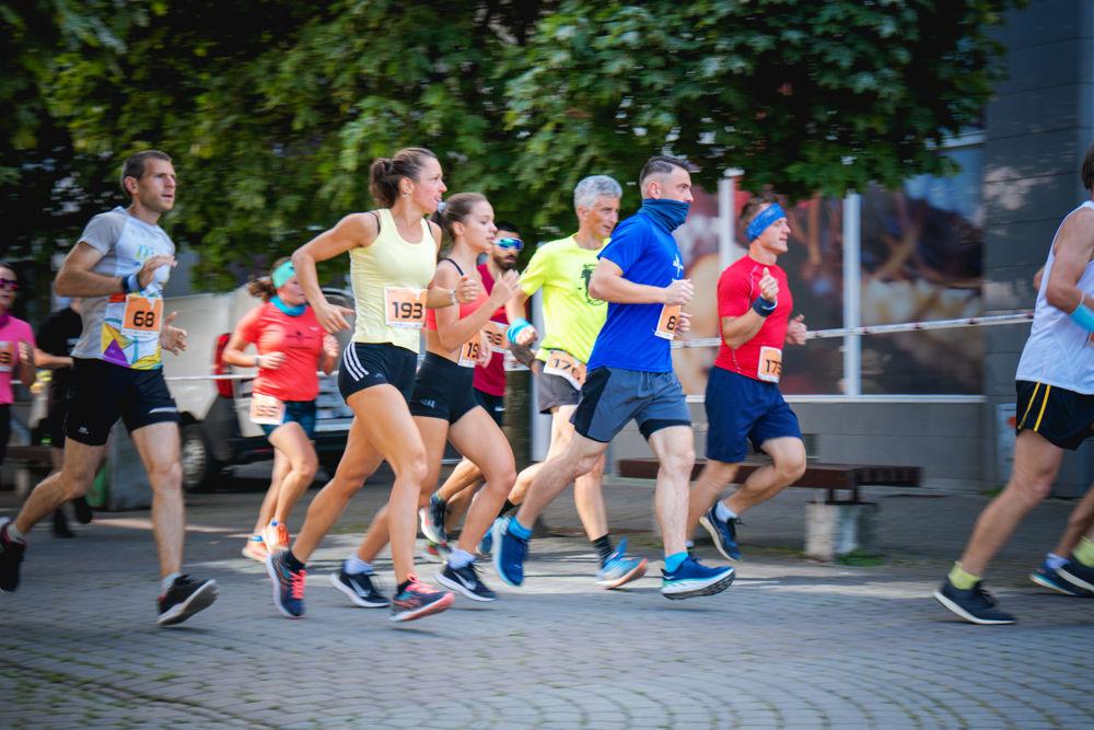 FOTO: Na Hlinkovom námestí odštartoval Žilinský mestský polmaratón 2020, foto 26
