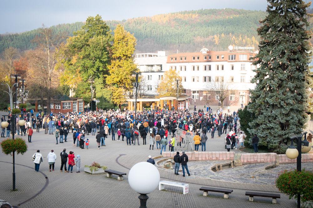 FOTO: V Žiline sa zišlo niekoľko stoviek ľudí na protest proti vládnym opatreniam, foto 1