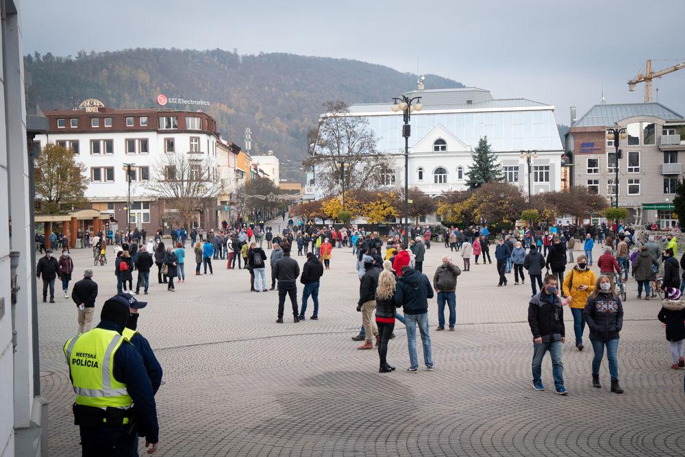 FOTO: V Žiline sa zišlo niekoľko stoviek ľudí na protest proti vládnym opatreniam, foto 3