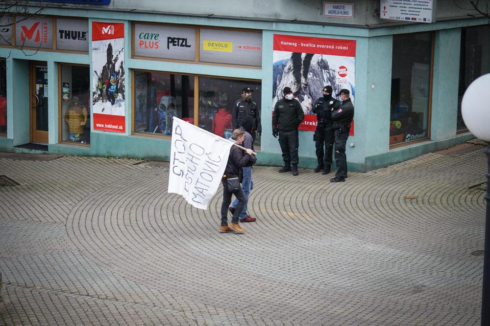 FOTO: V Žiline sa zišlo niekoľko stoviek ľudí na protest proti vládnym opatreniam, foto 13