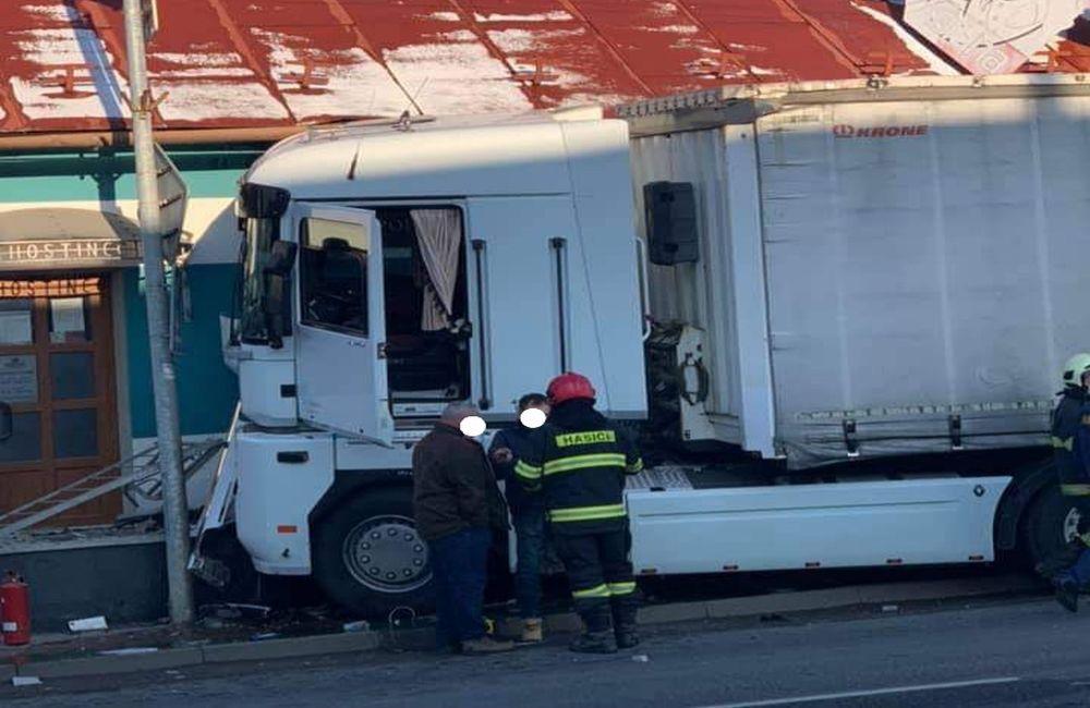 FOTO: Na ceste prvej triedy v Tvrdošíne nabúral kamión, vodič vyviazol bez zranení, foto 1