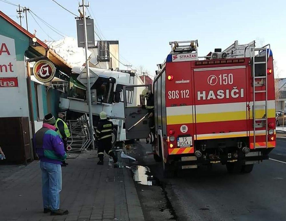 FOTO: Na ceste prvej triedy v Tvrdošíne nabúral kamión, vodič vyviazol bez zranení, foto 2