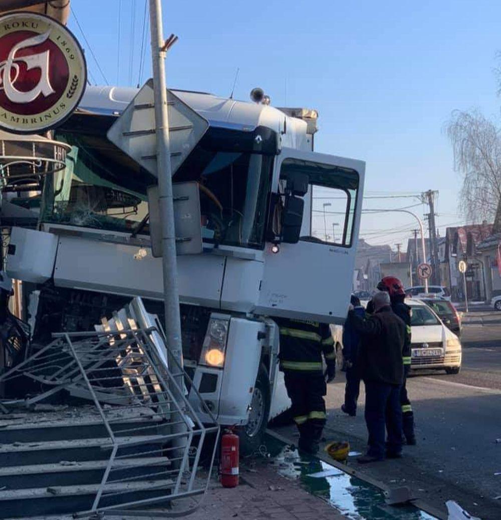 FOTO: Na ceste prvej triedy v Tvrdošíne nabúral kamión, vodič vyviazol bez zranení, foto 3