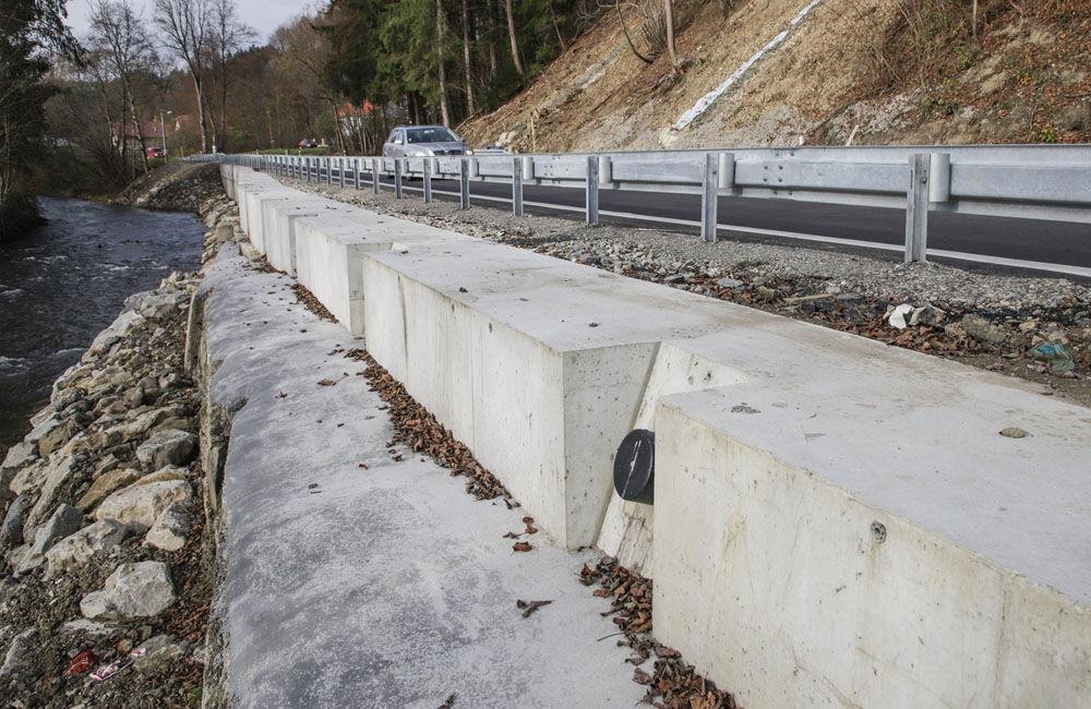 FOTO: V meste Turzovka dokončili opravu cesty, ktorú začiatkom roka poškodili intenzívne dažde, foto 2