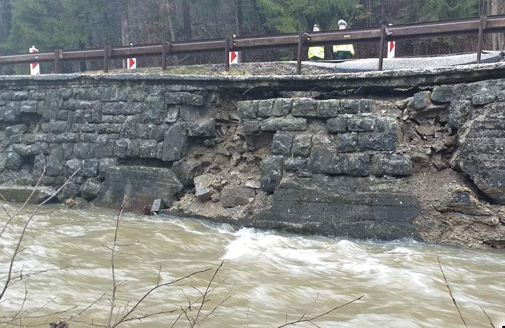 FOTO: V meste Turzovka dokončili opravu cesty, ktorú začiatkom roka poškodili intenzívne dažde, foto 5