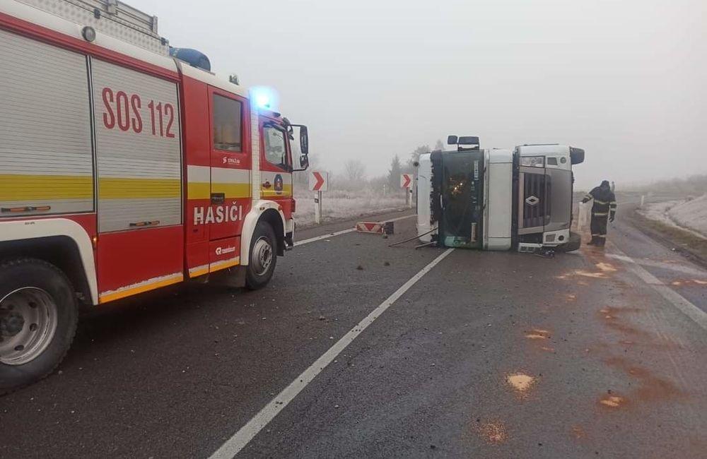 FOTO: Pri Tvrdošíne sa prevrátil kamión s nákladom, cesta je prejazdná s obmedzením, foto 1